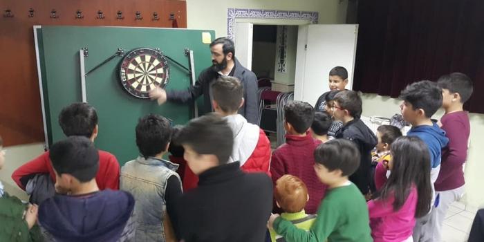 Gençlerimize tam isabet dart atışının inceliklerini, dart antrenörü Üstün İnanç Hocamız anlattı.